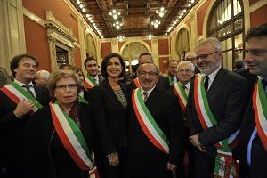 1 - Con alcuni dei quasi 600 sindaci che hanno partecipato all'incontro organizzato con l'Anci a Montecitorio
